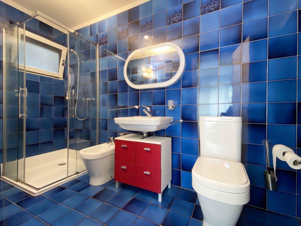 bagno con doccia seminterrato